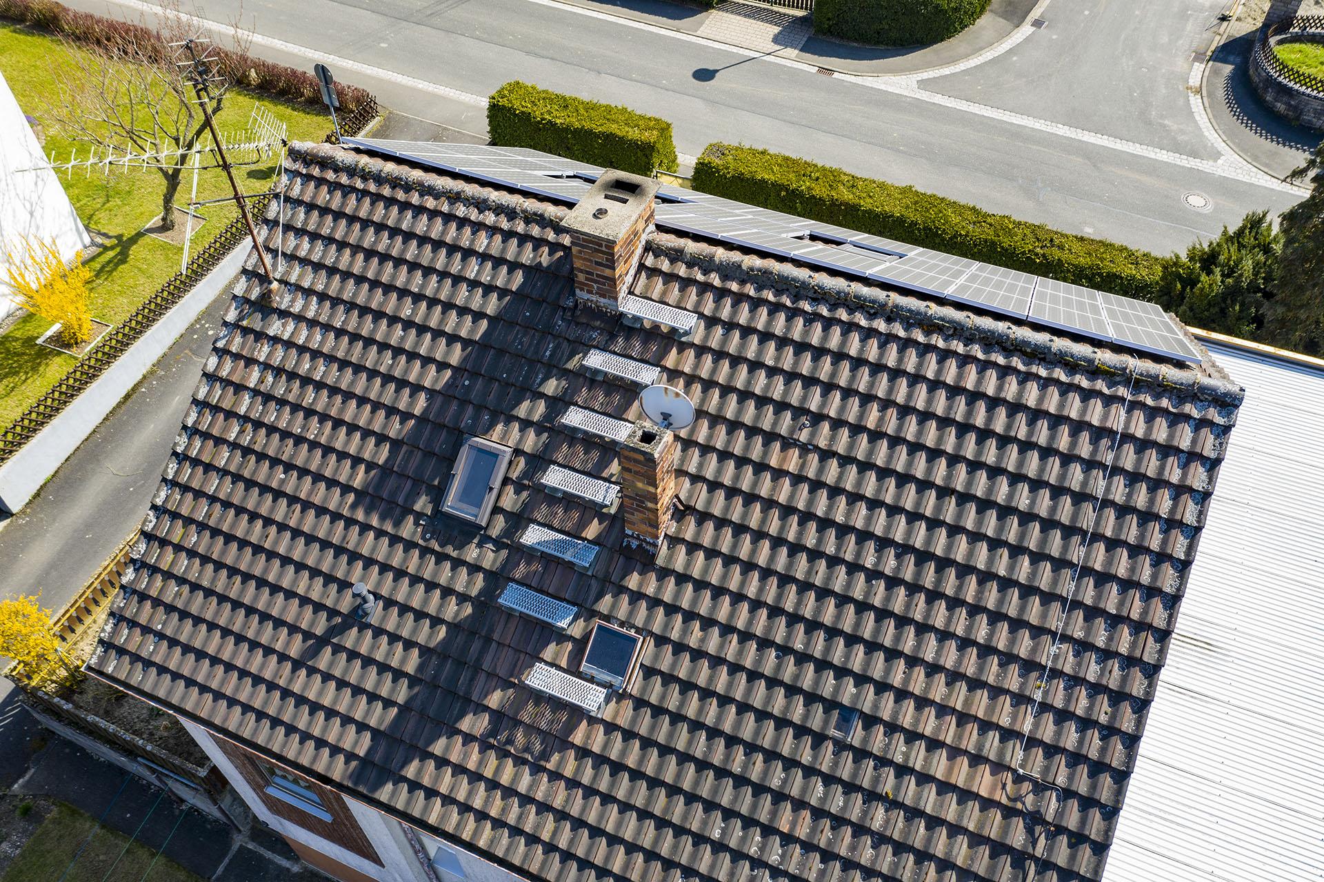 Dachkontrolle mit Luftaufnahme durch Drohne
