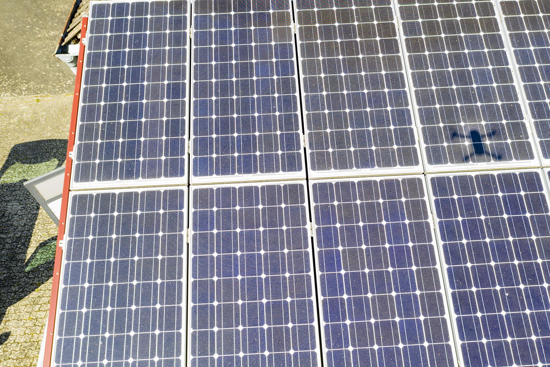 Luftaufnahme von Solarfelder, Controlle